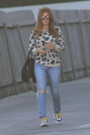 Isla Fisher in Ripped Jeans Out in Los Angeles 2018/12/16 2