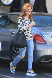 Isla Fisher in Ripped Jeans Out in Los Angeles 2018/12/16 4