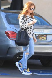 Isla Fisher in Ripped Jeans Out in Los Angeles 2018/12/16 9