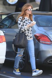 Isla Fisher in Ripped Jeans Out in Los Angeles 2018/12/16 10