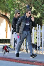 Kate Mara and Jamie Bell Out with Their Dogs in Los Angeles 2018/12/15 6