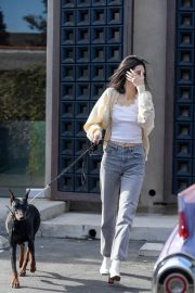 Kendall Jenner Out with Her Dog in Los Angeles 2018/12/16 4