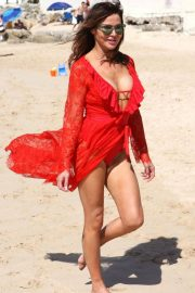 Lizzie Cundy at a Beach in Barbados 2018/12/26 4