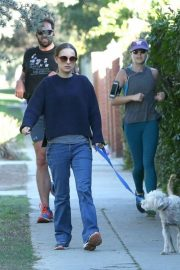 Natalie Portman Out with Her Dog in Los Angeles 2018/12/29 3