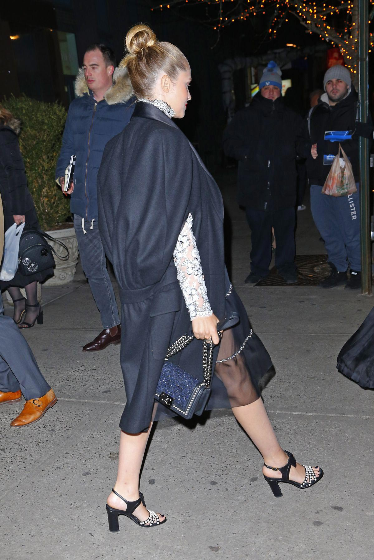 Pregnant Teresa Palmer Heading to Chanel Metiers D'Art Show Pre-fall 2019 in New York 2018/12/04 1
