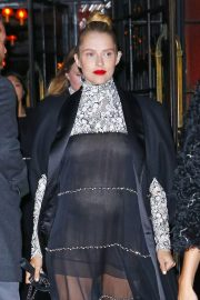 Pregnant Teresa Palmer Heading to Chanel Metiers D'Art Show Pre-fall 2019 in New York 2018/12/04 3