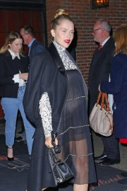 Pregnant Teresa Palmer Heading to Chanel Metiers D'Art Show Pre-fall 2019 in New York 2018/12/04 6