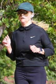 Reese Witherspoon Out Jogging in Santa Monica 2018/12/09 7