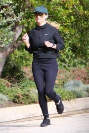 Reese Witherspoon Out Jogging in Santa Monica 2018/12/09 8
