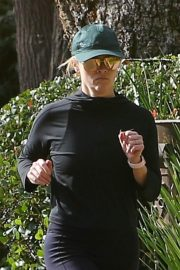 Reese Witherspoon Out Jogging in Santa Monica 2018/12/09 10