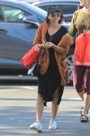 Sarah Hyland Out Shopping in Los Angeles 2018/12/16 3