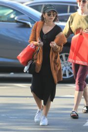 Sarah Hyland Out Shopping in Los Angeles 2018/12/16 4