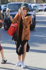 Sarah Hyland Out Shopping in Los Angeles 2018/12/16 7
