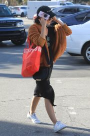 Sarah Hyland Out Shopping in Los Angeles 2018/12/16 8