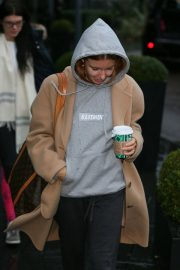 Stacey Dooley Leaves Her Hotel in London 2018/12/01 4