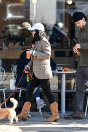 Vanessa Hudgens Out with her Dog in Los Angeles 2018/12/27 3