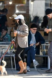 Vanessa Hudgens Out with her Dog in Los Angeles 2018/12/27 4