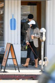 Vanessa Hudgens Out with her Dog in Los Angeles 2018/12/27 7