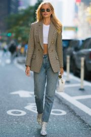 Frida Aasen flashes her toned abs in short top and blue jeans - November 02, 2018 1