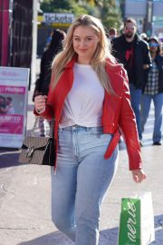 Iskra Lawrence Out and About in Las Vegas 2018/12/29 4