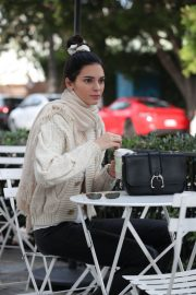 Kendall Jenner Out for Coffee in Los Angeles 2018/12/23 1
