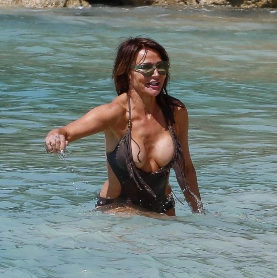 Lizzie Cundy in Swimsuit on the Beach in Barbados 2018/12/30 1