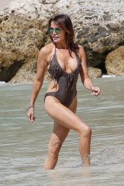 Lizzie Cundy in Swimsuit on the Beach in Barbados 2018/12/30 6