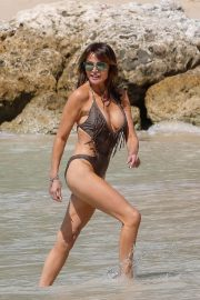 Lizzie Cundy in Swimsuit on the Beach in Barbados 2018/12/30 7