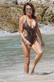 Lizzie Cundy in Swimsuit on the Beach in Barbados 2018/12/30 13