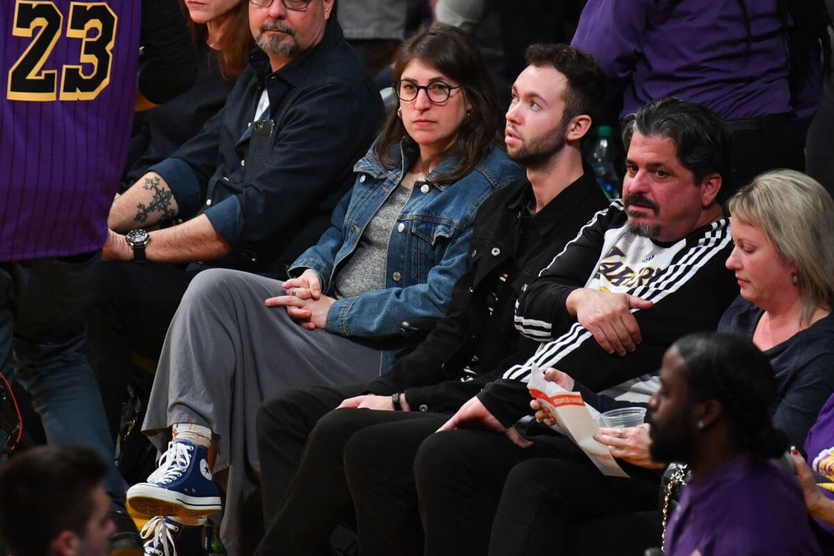 Mayim Bialik at a Basketball Game at Staples Center in Los Angeles 2018/12/30 1