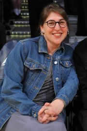 Mayim Bialik at a Basketball Game at Staples Center in Los Angeles 2018/12/30 3
