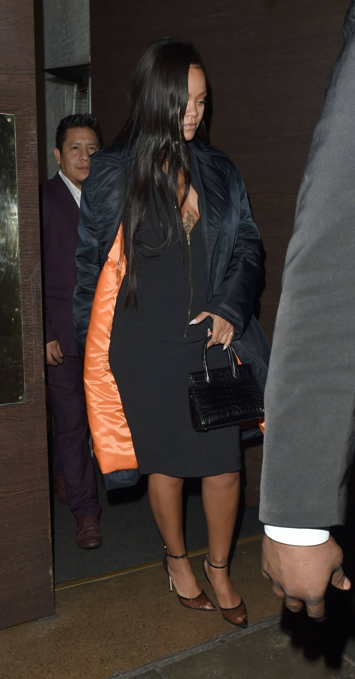 Rihanna Out for Dinner at Ours Restaurant in London 2018/12/28 1