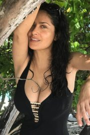Salma Hayek in Swimsuit on Instagram Picture 2018/12/29 2