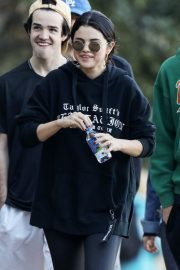 Selena Gomez Out Hiking with Friends in Los Angeles 2019/01/04 5