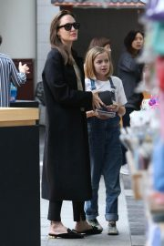 Angelina Jolie out the day with daughter in Los Angeles 2019/04/28 7