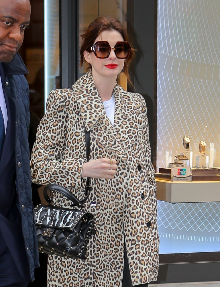 Anne Hathaway Out in New York 2019/04/28 5