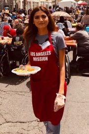Blanca Blanco Serving Meal for Homeless in Los Angeles 2019/04/19 1