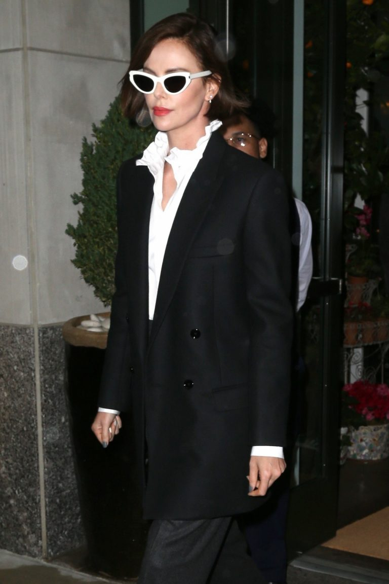Charlize Theron Out a Midtown Hotel in New York 2019/04/30 1