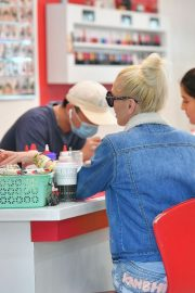 Gwen Stefani at a Nail Salon in Beverly Hills 2019/04/24 4