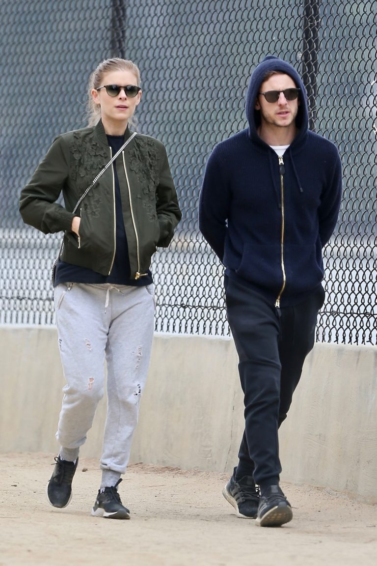 Pregnant Kate Mara and Jamie Bell Out in Silver Lake 2019/04/20 1