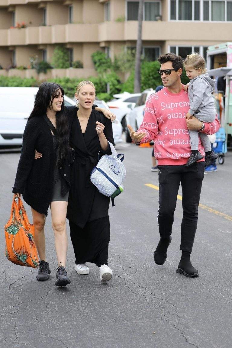 Rumer Willis and Peta Murgatroyd at the Farmer's Market in Los Angeles 2019/04/28 1