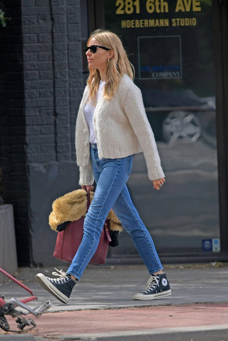 Sienna Miller Out in New York 2019/04/29 1