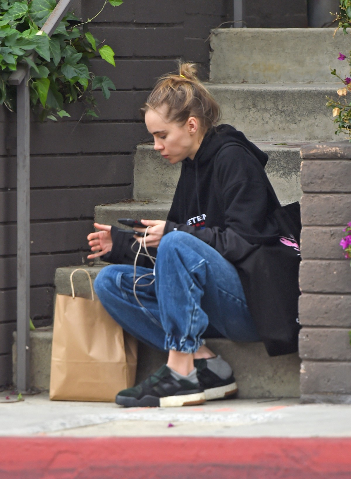 Suki Waterhouse Out No Makeup in Los Angeles 2019/04/29 1