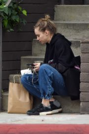 Suki Waterhouse Out No Makeup in Los Angeles 2019/04/29 2