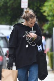Suki Waterhouse Out No Makeup in Los Angeles 2019/04/29 12