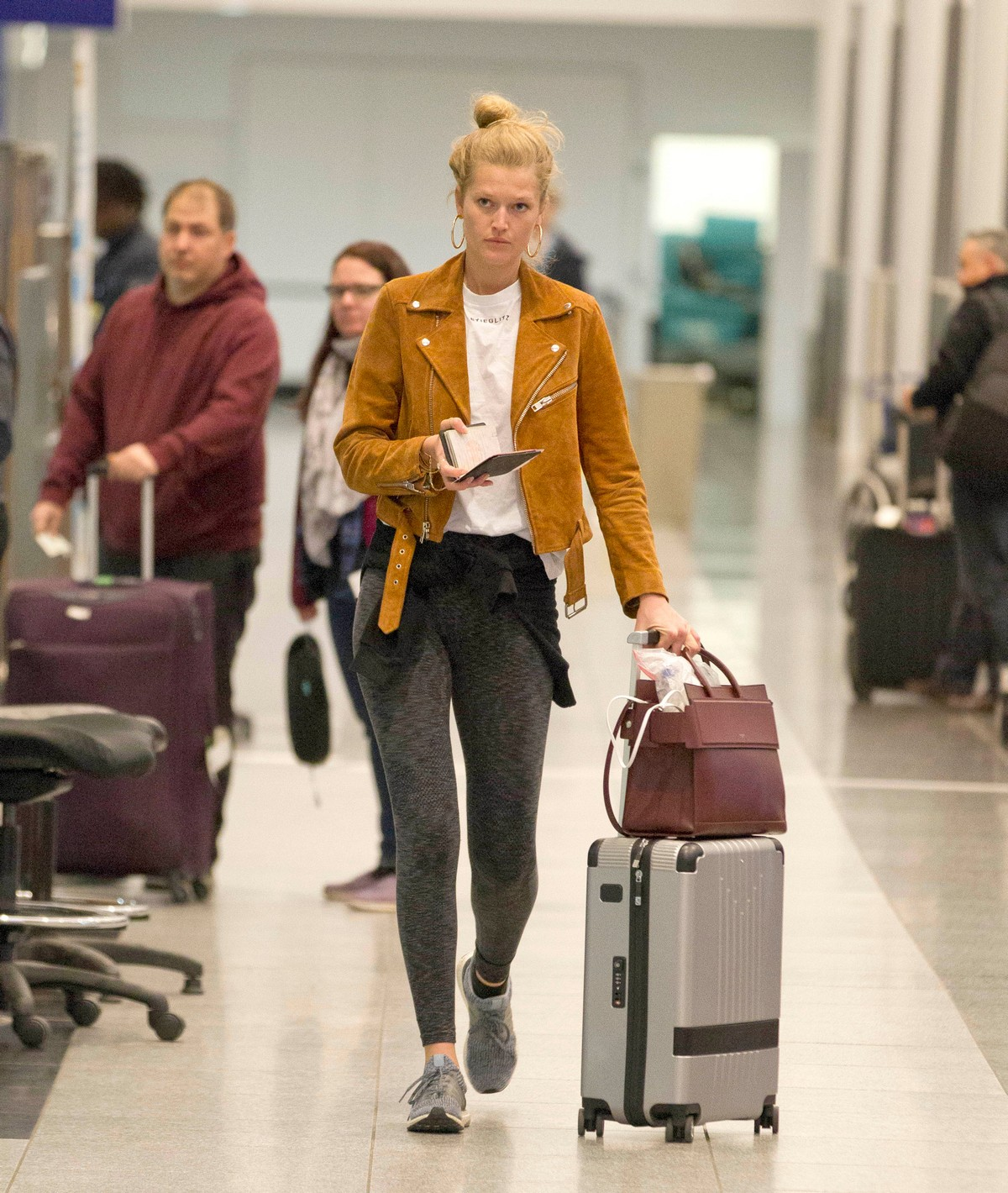 """Toni Garrn Out of Montreal after finishing working on """"Dreamland"""" 2019/04/29 1"""