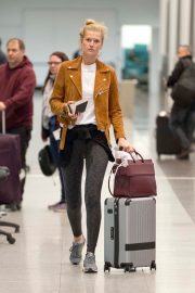 """Toni Garrn Out of Montreal after finishing working on """"Dreamland"""" 2019/04/29 3"""