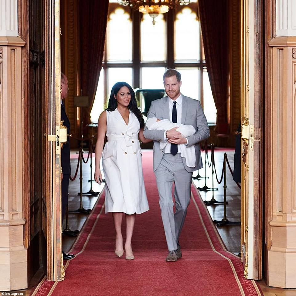 13246380-7004967-The_couple_used_their_SussexRoyal_account_to_post_the_photograph-a-6_1557326898975