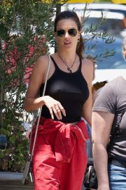 Alessandra Ambrosio and Her Sister Stop at a Local Bakery in Los Angeles 2019/05/05 1