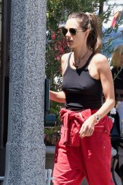 Alessandra Ambrosio and Her Sister Stop at a Local Bakery in Los Angeles 2019/05/05 10